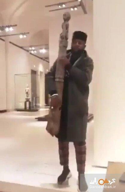 مردی که مجسمه موزه را برداشت!